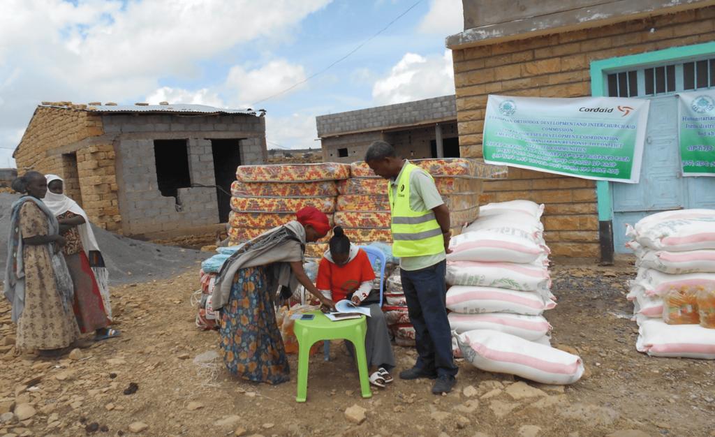 Hulpverleners delen voedsel uit in Enderta district Tigray.